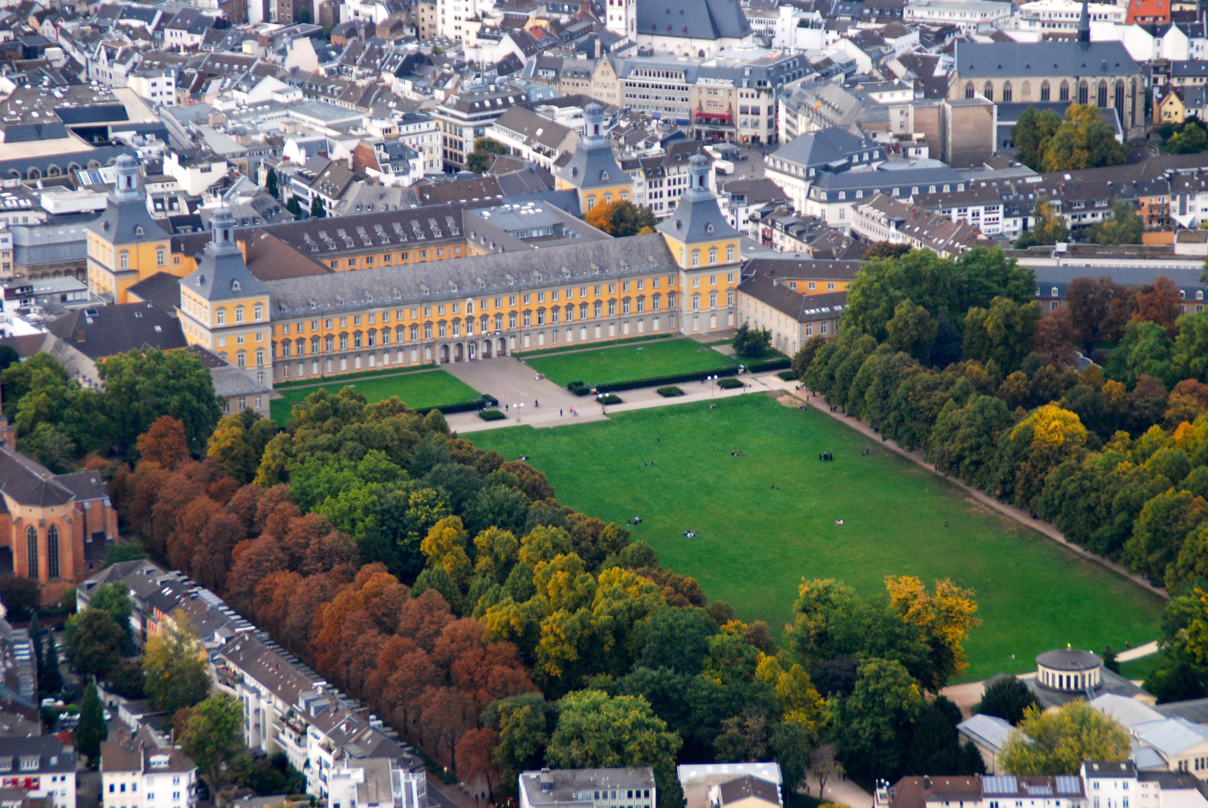 Das Hauptgebäude der Universität Bonn und die Hofgartenwiese von oben.