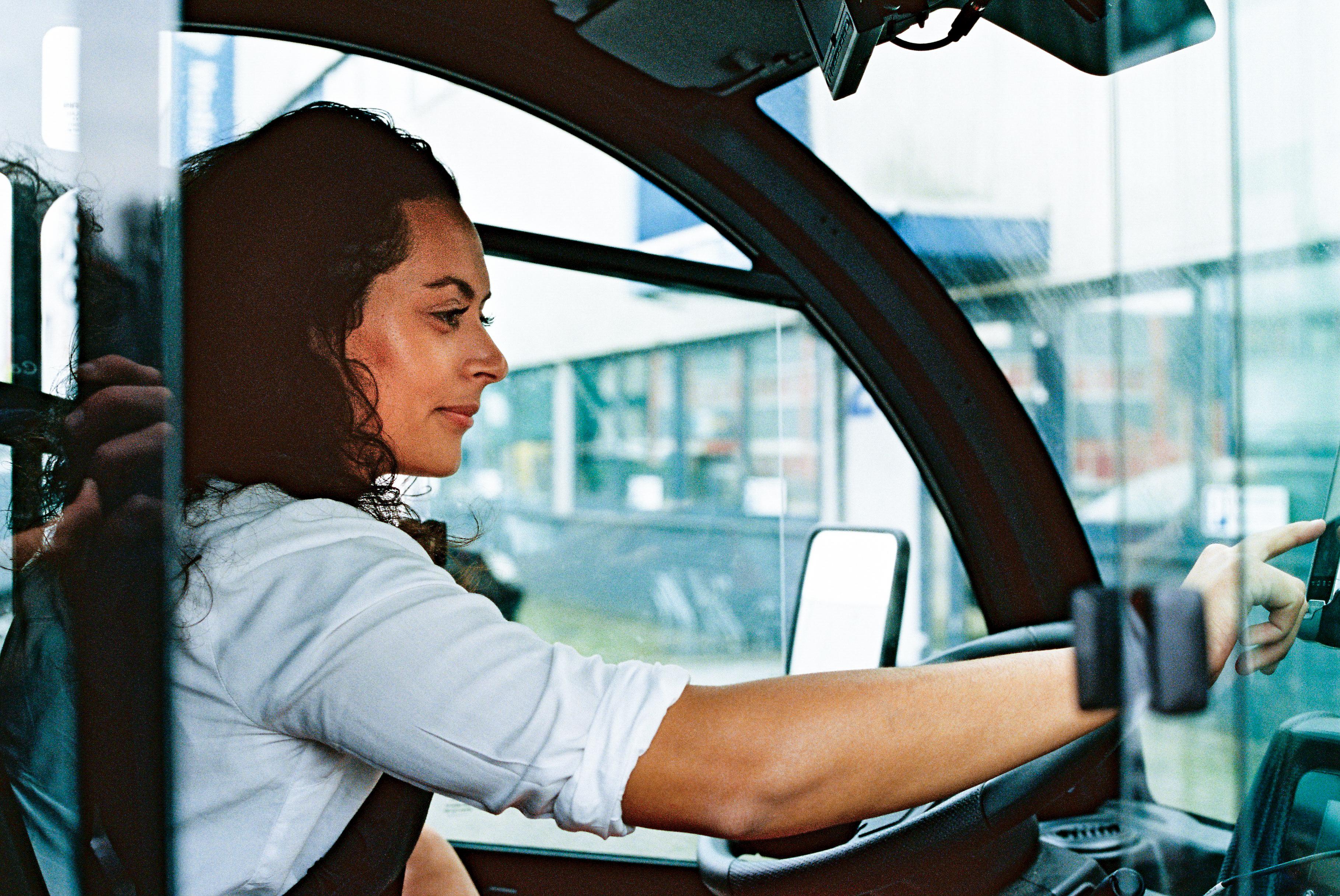 Eine Kurierfahrerin sitzt im Picnic E-Flitzer.