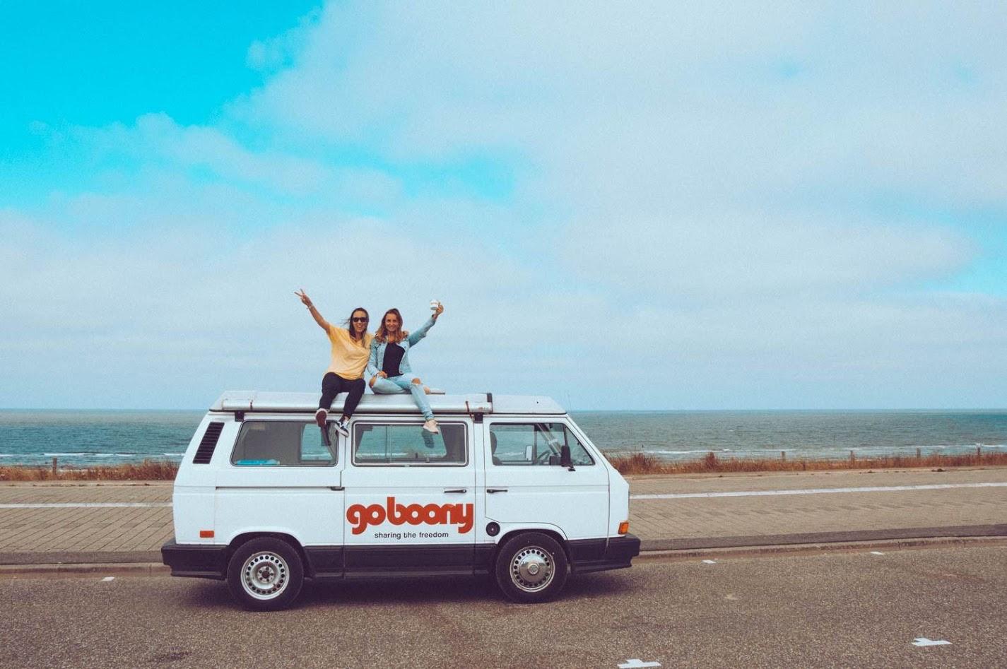 zwei junge Mädchen auf einem Wohnmobil