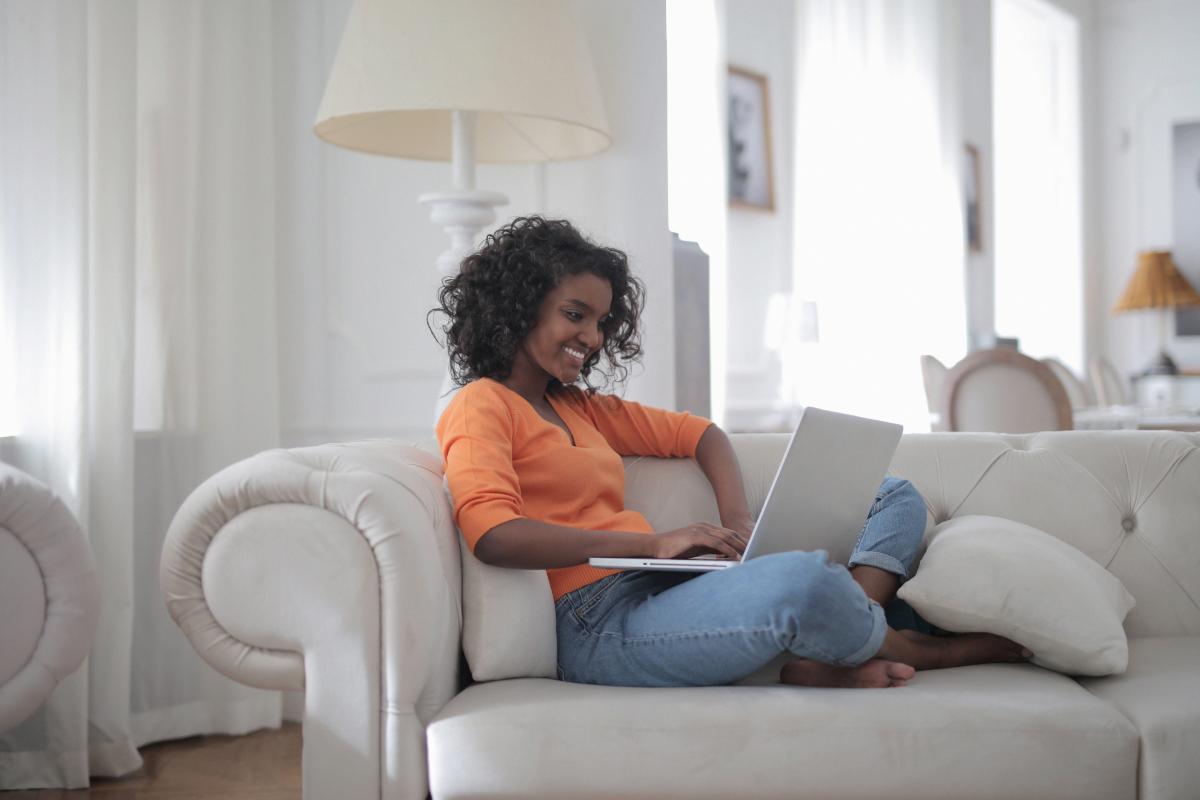 Kvinna pluggar ifrån sin laptop