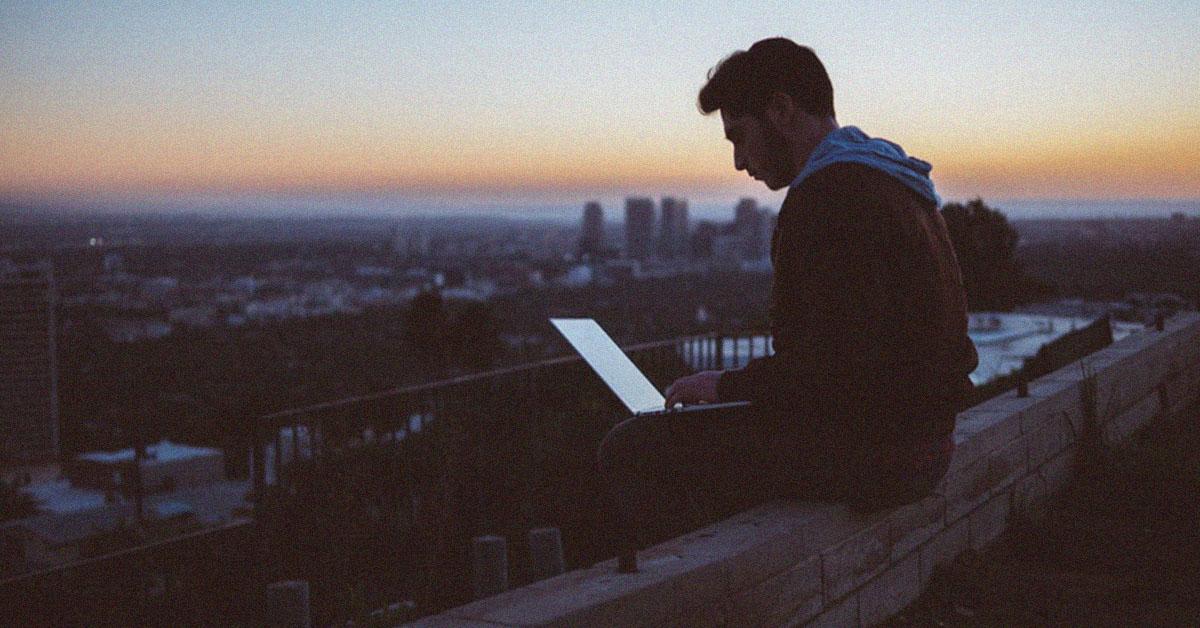 Un homme bilingue travaille en anglais sur son ordinateur